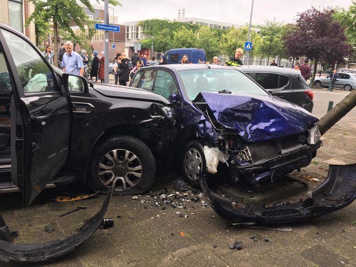 De automobilist heet verschillende geparkeerde auto's geraakt tijdens zijn dollemansrit.