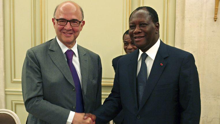 Pierre Moscovici en Alassane Dramane Ouatarra. Beeld AP