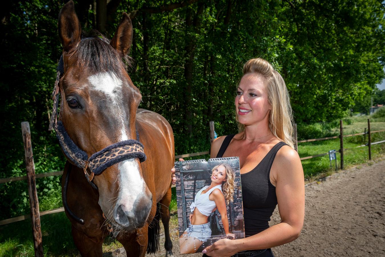 Majory Stevense met de Boerinnenkalender waar ze in 2014 in schitterde. Links haar paard 'Handsome'.