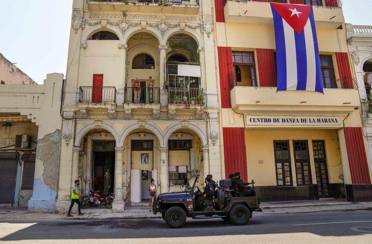 Soldaten patrouilleren in de straten van Havana, de hoofdstad van Cuba.  Beeld AP