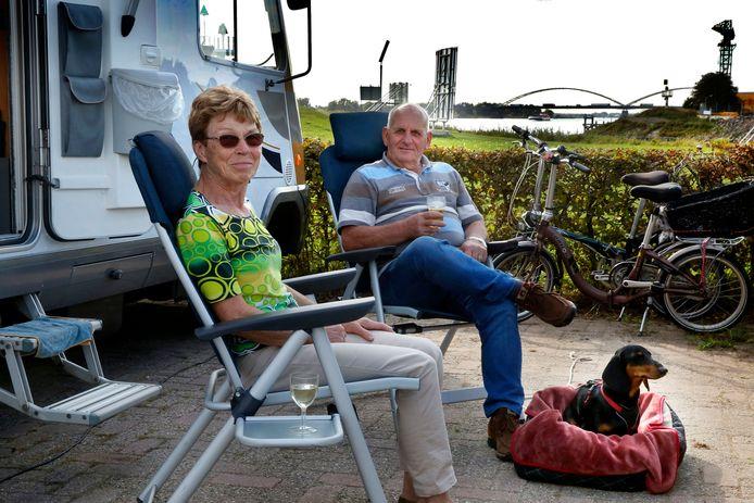 Ria en Jan van Nispen en hun hond Ollie hebben een van de beste plekjes op De Punt, met vrij uitzicht op de Merwedebrug.