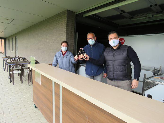 Bij KSV Roeselare Jeugd klinken bestuurslid/sponsoring Gwendoline Dryepondt, kantineverantwoordelijke Guido Eeckhout en kernbestuurslid Dominique De Jonghe op het succes van hun terras.