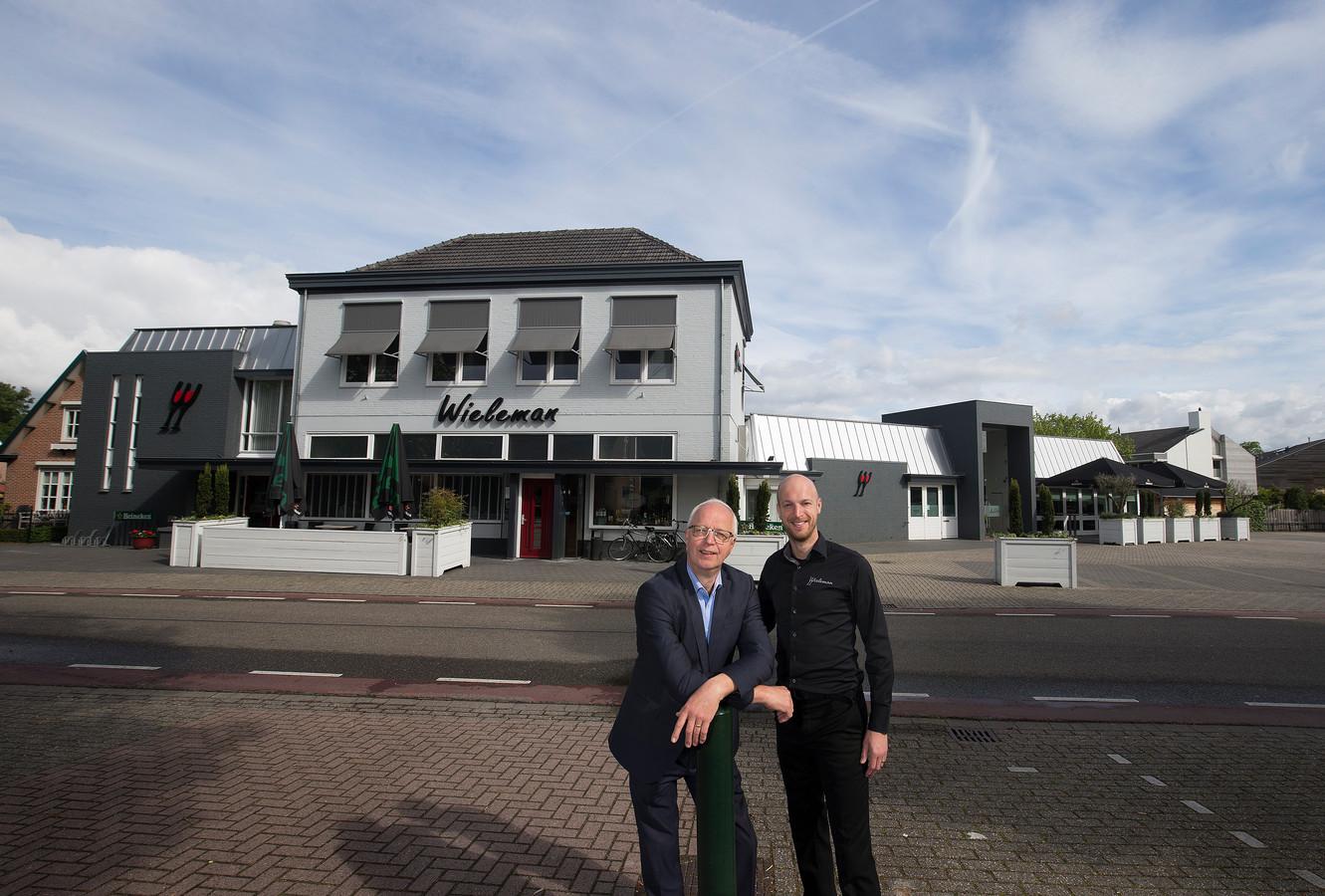 Vader Martin en zoon Martijn Wieleman bij hun zalencentrum dat inmiddels ruim honderd jaar bestaat.