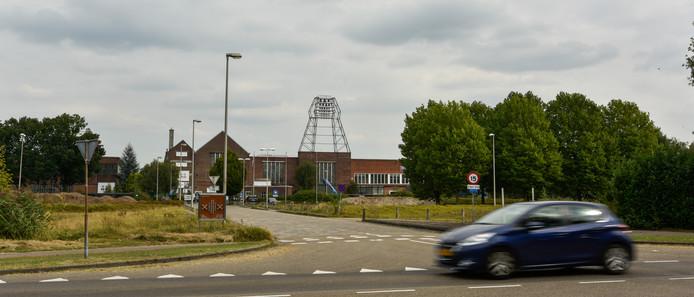 De voormalige Lipsfabrieken in Drunen. Het kunstwerk met het carillon is inmiddels weggehaald.