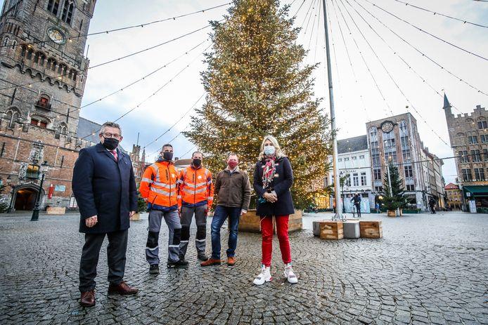 Het kerstbos prijkt op de Markt. De hoogste kerstboom is 9 meter.