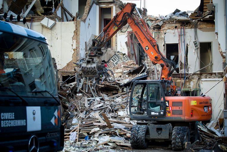 De ontmanteling van de gebouwen zal zeker nog tot deze avond duren. Met grote kranen wordt al een hele dag lang puin geruimd. Beeld Photo News