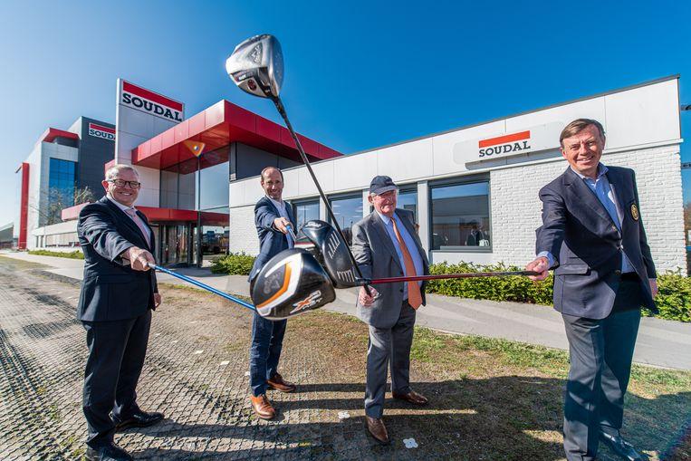 Golazo-CEO Bob Verbeeck, Dimitri Rombouts (Rinkven International Golf Club), Soudal-voorzitter Vic Swerts en de voorzitter van Belgische golffederatie Emmanuel Rombouts zijn zichtbaar opgetogen. Beeld BELGA