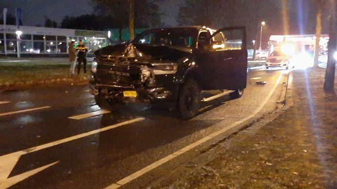 Twee auto's zijn zondagavond op elkaar gebotst in Enschede.