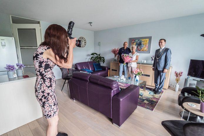 Het is even zoeken naar de juiste plek en dan zet fotografe Patricia Munster zet het bruidspaar Kappetein met burgemeester Bezuijen op de foto.
