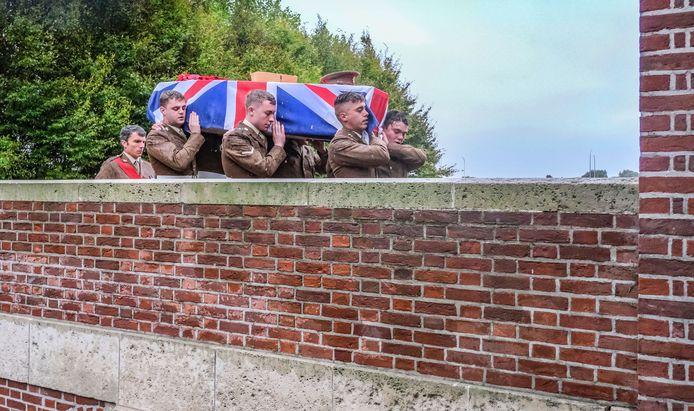 De stoffelijk resten van de twee soldaten werden door collega's naar hun laatste rustplaats gedragen.