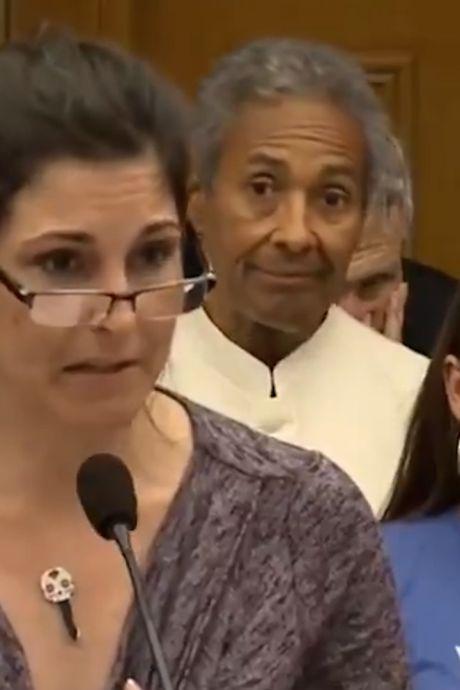 """""""Expliquez-moi pourquoi la clé me colle à la peau?"""": une Américaine se ridiculise devant le Parlement"""