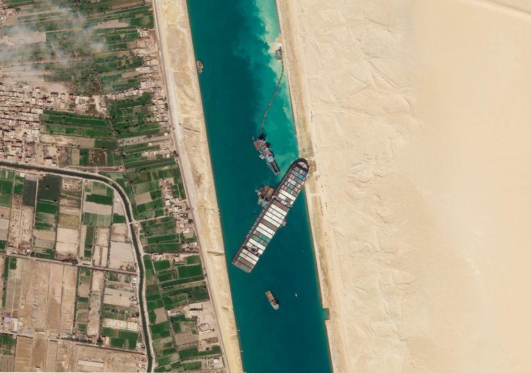 In maart boorde containerschip Ever Given zich in een oever en blokkeerde het dagenlang het Suezkanaal. Beeld AP