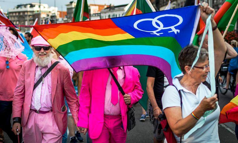Homo's, lesbiennes, transgenders en biseksuelen lopen mee in de PrideWalk van het Vondelpark naar de Dam op de Roze Zaterdag tijdens EuroPride Beeld anp