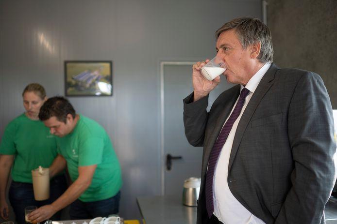 De Vlaams minister-president krijgt na afloop van de rondleiding nog een fris glaasje geitenmelk