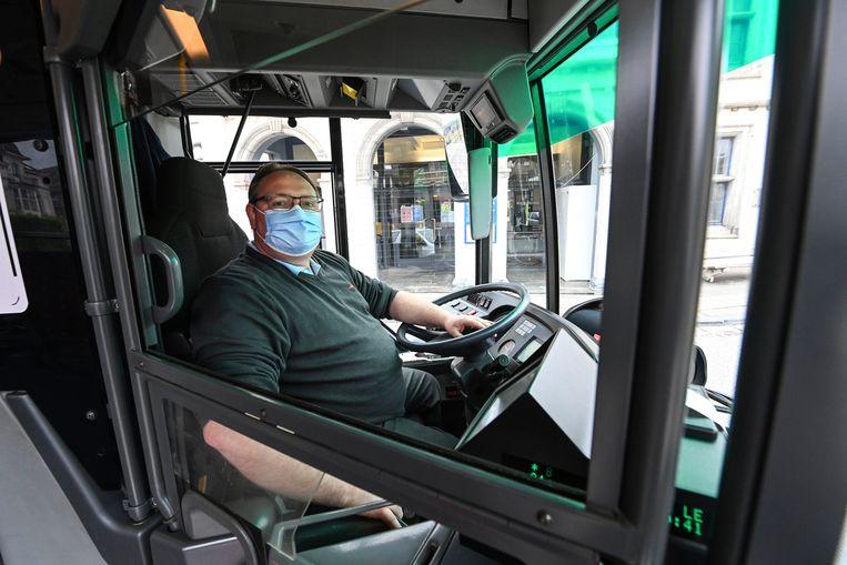Een buschauffeur. Volgens een enquête bij meer dan duizend Belgen wil bijna een op de drie minder het openbaar vervoer gebruiken. Beeld Photo News