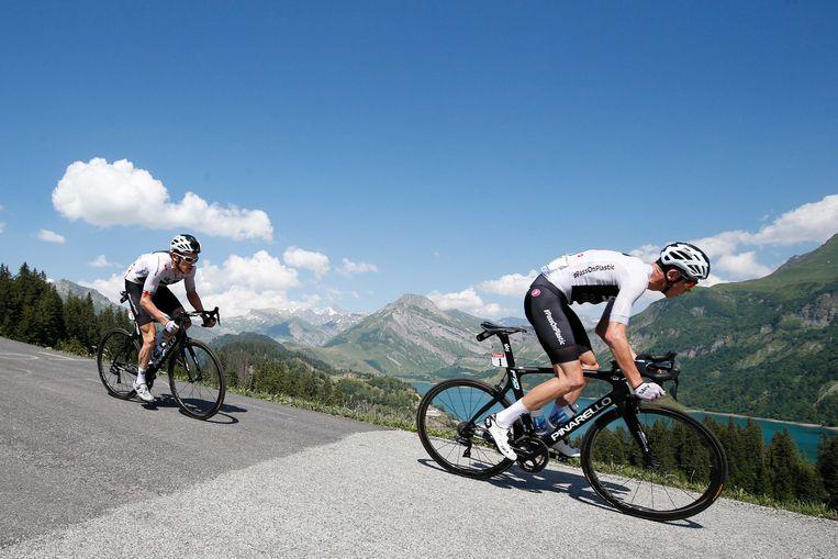 ► Chris Froome leidt de dans in de afdaling van de Col du Pré, met Geraint Thomas in zijn wiel. Even later zou Thomas alleen wegsnellen. Beeld ANP