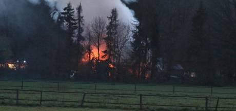 Voormalige nertsenstal op het Spelderholt in Beekbergen gaat in vlammen op
