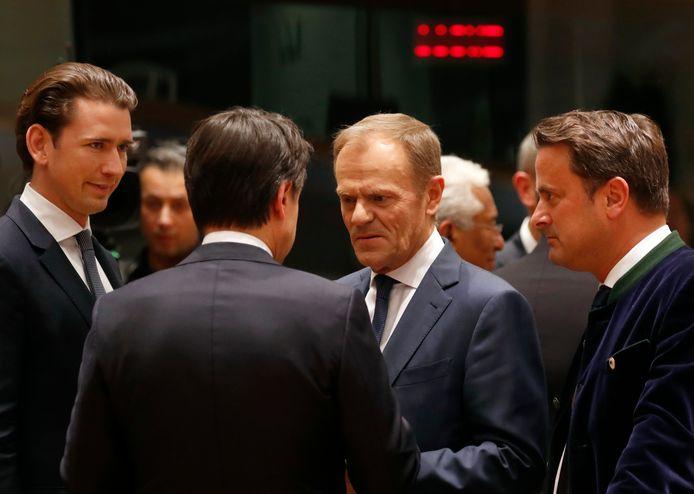 EU-president Donald Tusk (midden) in conclaaf met Europese regeringsleiders.