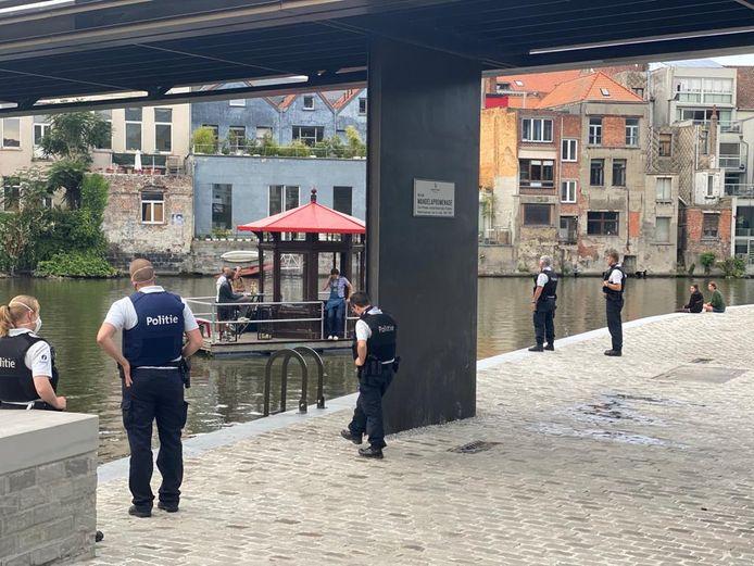 De politie stond het reizend jeneverkot op te wachten aan de krook