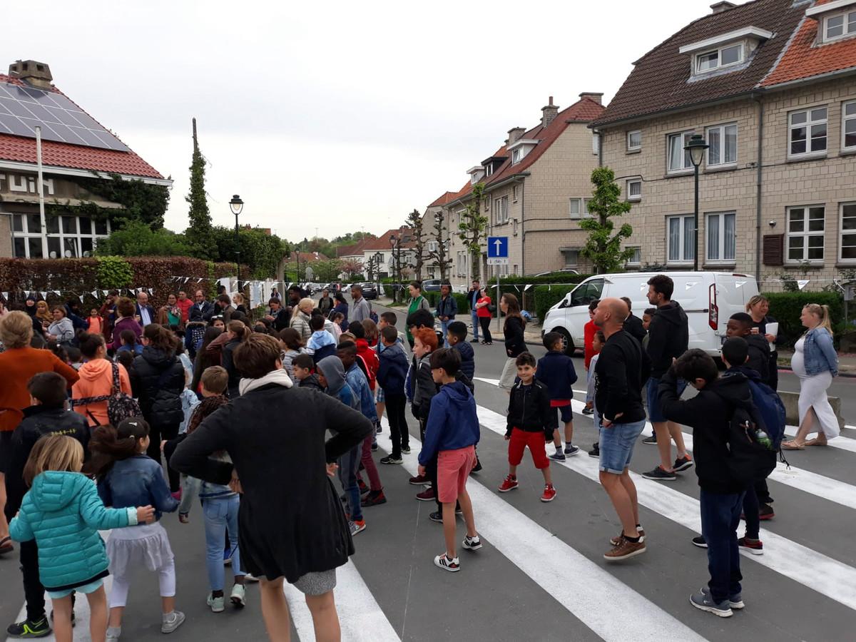 Voor en na school is de straat aan de schoolpoort een uur verkeersvrij.
