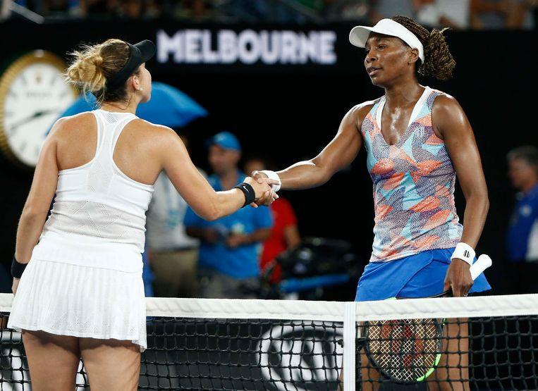 De Amerikaanse Venus Willimas (r.) schuld Belinda Bencic de hand na haar nederlaag in Melbourne. Beeld Photo News