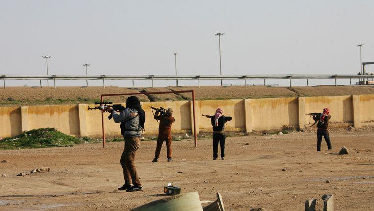 Gewapende Soennieten in Falluja, een van de steden die het Iraakse leger nu wil heroveren. Beeld REUTERS
