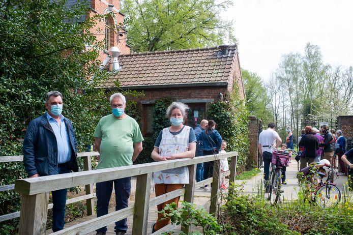 Nancy Hermans en haar echtgenoot Jan Augustyns (midden) vrezen dat hun zaak moet wijken voor de nieuwe pijpleiding. Buurman François Leys (links) zit in het zelfde schuitje.
