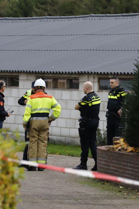 Zwaarbewapende agenten bewaken drugslab bij schuur van woning in Mill, een persoon aangehouden