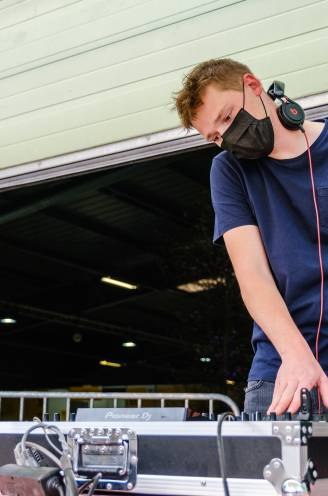 REPORTAGE. Een lolly voor een prik en een dj zorgt voor de sfeer:  jongeren tekenen present op eerste prikhappening van het land