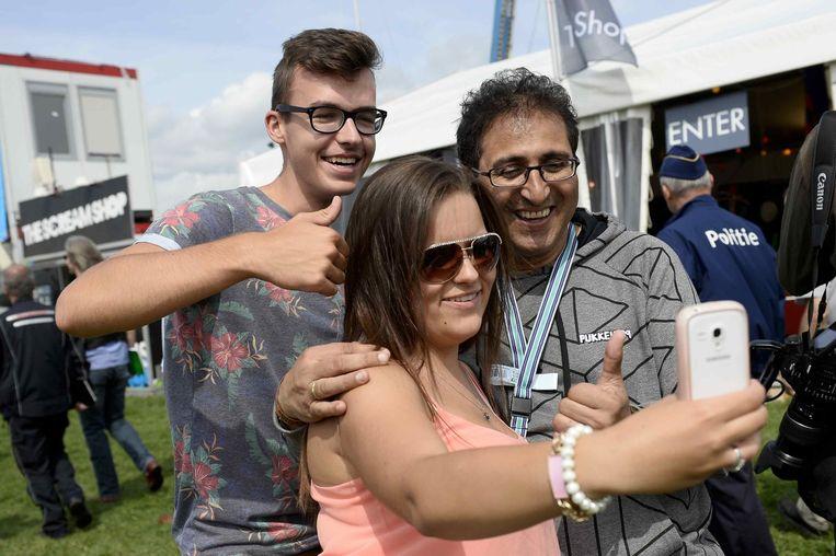 Eén van de hypes van het jaar: selfies met Chokri Beeld Belga