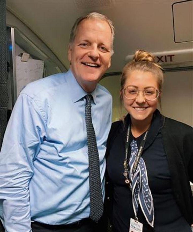 CEO van American Airlines Doug Parker en stewardess Maddie Peters.