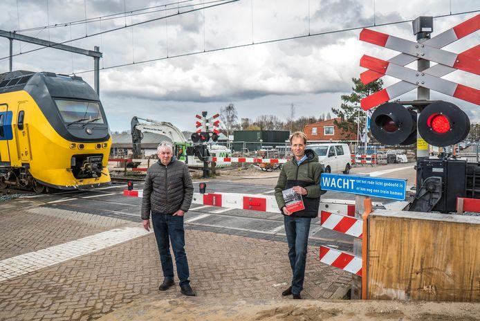 Jan van Ruijven (70) woont al zijn hele leven bij spoorwegovergang 't Haantje. Historicus Wilbert van Bijlert (r) tekende de geschiedenis van de pregnante plaats op.