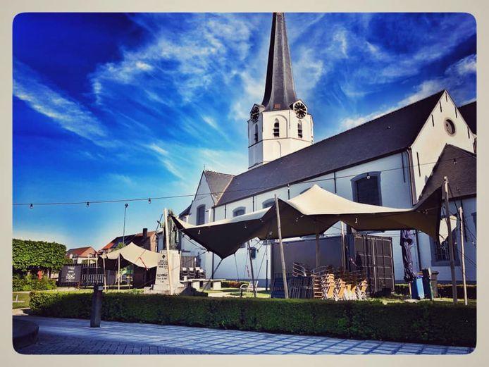 De zomerbar Slenne Zomert aan de kerk van Sleidinge.