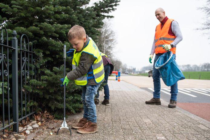 Met de hele buurt samen aan de slag tijdens de Landelijke Opschoondag wordt dit jaar lastig. De gemeente Hengelo roept op om zaterdag 20 maart zelf een rondje te maken en helpt met spullen.