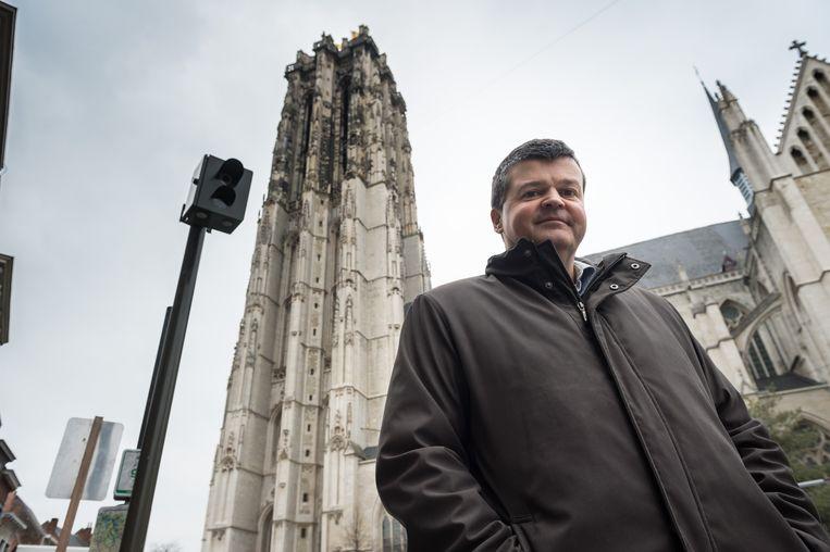 Mechels burgemeester Bart Somers bij een ANPR-camera. Beeld David Legreve