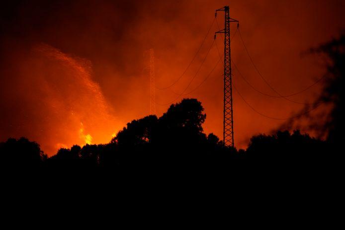 Branden woeden in de buurt van Cuglieri, nabij Oristano, Sardinië.