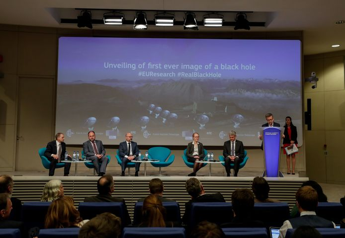 Het team van de Event Horizon Telescope (EHT) tijdens de persconferentie in Brussel. In totaal werden er zes persconferenties wereldwijd én simultaan georganiseerd.