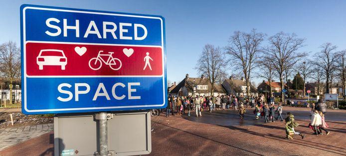 Het bord Shared Space-Zone staat langs de doorgaande weg van Wijbosch naar Eerde.