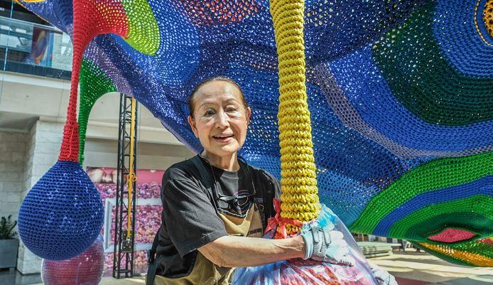 De Japanse kunstenares Toshiko MacAdam. Ze maakte haar kunstwerk met de hand, een werk van vele maanden
