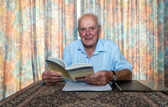 Oud weerman Johan Verschuuren hield ook na zijn pensioen nog dagelijks het weer bij.