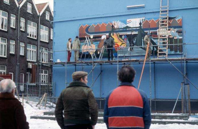 De kleurrijke muurschildering in de Tweebosstraat, bestaande uit drie panelen, krijgt in 1984 langzamerhand vorm.