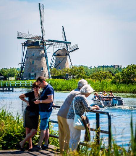 'Pendelbussen zorgen voor minder parkeerdruk en betere naleving coronaregels bij molens in Kinderdijk'
