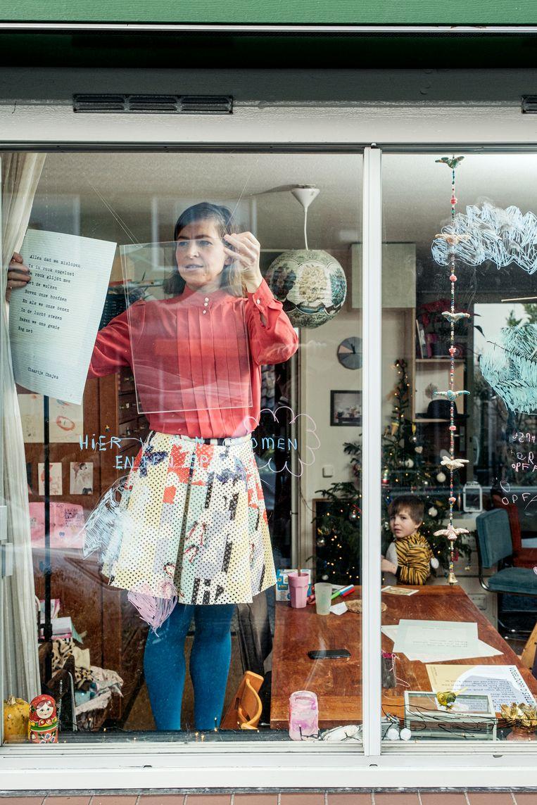 Kunstenaar-dichter Claartje Chajes wil de lockdown met haar raampoëzie iets draaglijker maken. Beeld Jakob van Vliet