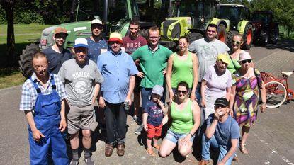 Boeren rijden rond met mensen met beperking