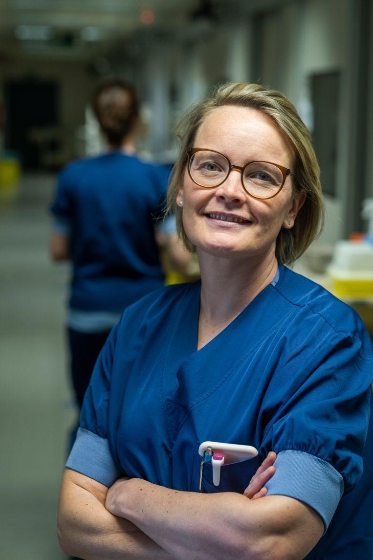 Op de afdeling intensieve van het Jessa ziekenhuis van Hasselt ziet Jasperina Dubois meer Covid-patiënten die voordien kerngezond waren. Beeld Tim Dirven