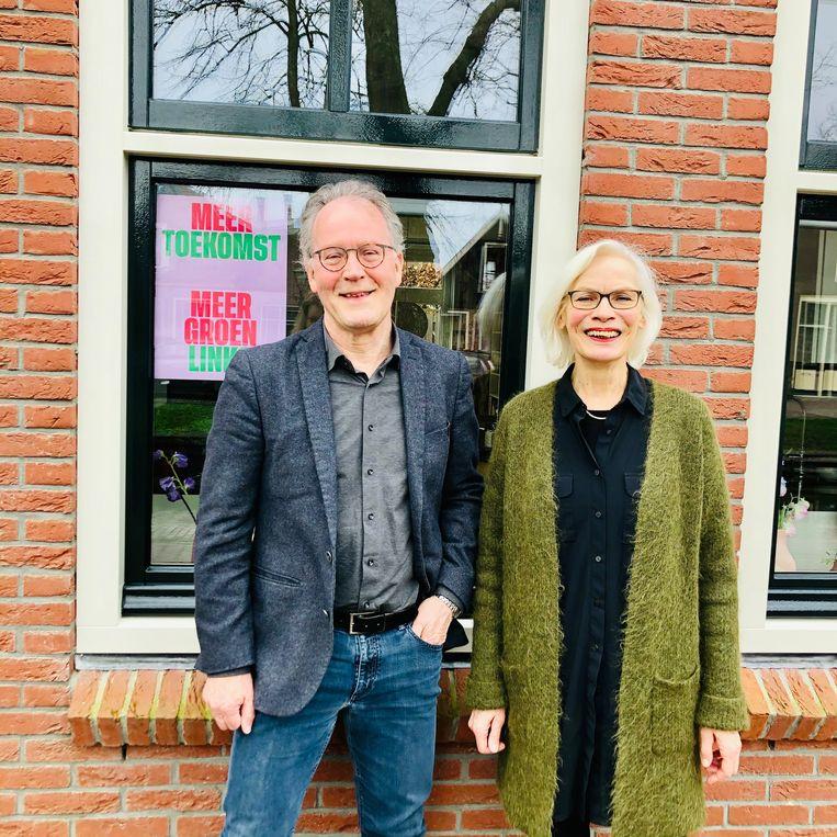 Nico van Straalen en Dineke Burghouts voor hun huis. Beeld Margriet Oostveen