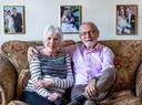 Ernst en Tonny Fickweiler (68) schreven samen een boek over de zoektocht naar hun bijna 50 jaar geleden ter adoptie afgestane zoon Chris. Op de achtergrond trouwfoto's van hun zoons, met in het midden Chris.