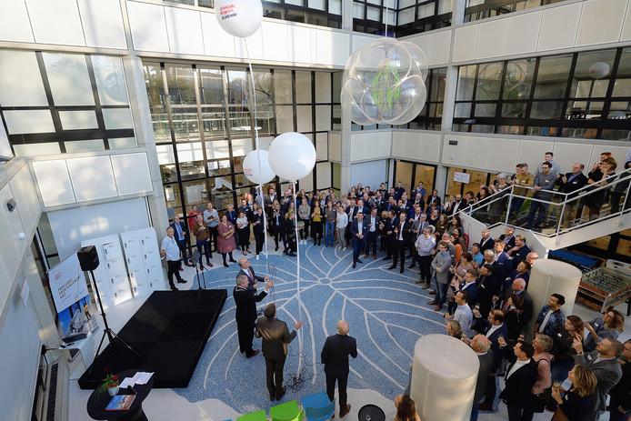 Officiele opening van Associate degrees Academie in Roosendaal door het oplaten van grote ballonnen. Foto pix4profs/petervantrijen
