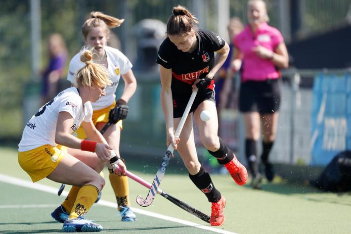 Margot van Geffen van Den Bosch Dames 1 in duel met Felice Albers van Amsterdam Dames 1
