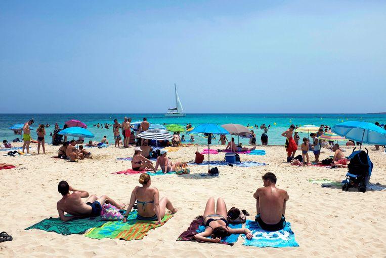 Ook deze zomer lagen de Spaanse stranden vol met toeristen.  Beeld EPA